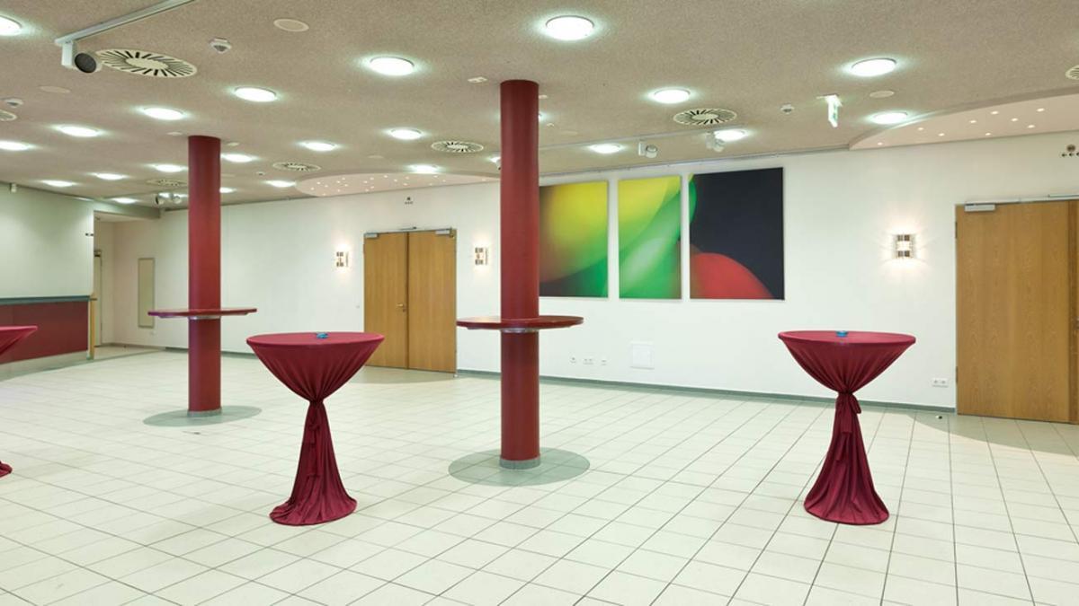 Foyer mit Blick auf Saaltüren