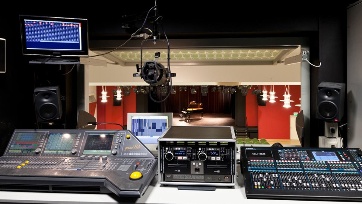 Blick aus Technikraum auf Bühne